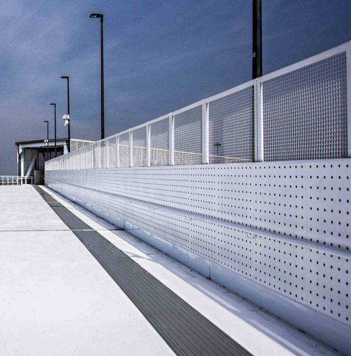 Pont construit avec les métaux perforés