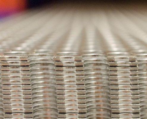 Pile de métaux perforés en gros plan